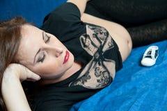 Giovane gravidanza della donna del brunette fotografia stock libera da diritti