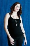 Giovane gravidanza della donna del brunette immagini stock libere da diritti