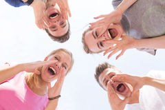 Giovane gridare delle ragazze e dei tiranti Immagini Stock Libere da Diritti