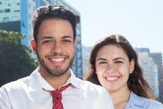 Giovane gruppo astuto di affari nella città Fotografie Stock