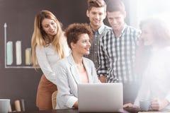 Giovane gruppo che ha 'brainstorming' immagini stock