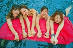 Giovane gruppo cinese e coreano asiatico delle donne di amici, amiche attraenti alla piscina della località di soggiorno di feste fotografia stock