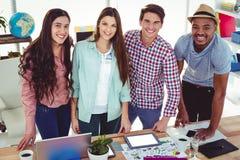 Giovane gruppo creativo che lavora insieme fotografia stock