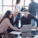 Giovane gruppo dei colleghe che fanno grande discussione di affari in ufficio coworking moderno Concetto della gente di lavoro di immagini stock