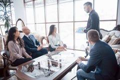 Giovane gruppo dei colleghe che fanno grande discussione di affari in ufficio coworking moderno Concetto della gente di lavoro di fotografia stock
