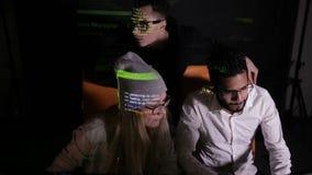 Giovane gruppo del pirata informatico che lavora ad un computer Cibercrimine, concetto cyber di attacco stock footage