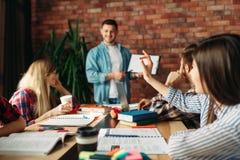 Giovane gruppo di affari che guarda per la nuova presentazione immagine stock
