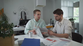 Giovane gruppo di affari che lavora con i diagrammi ed i grafici finanziari archivi video