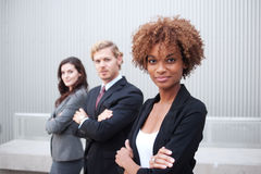 Giovane gruppo di affari che si leva in piedi insieme all'ufficio Immagini Stock Libere da Diritti