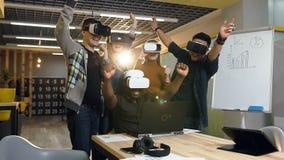 Giovane gruppo di affari in vetri di realtà virtuale di VR che guardano al computer portatile ed iniziare a celebrare riuscito af video d archivio