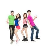 Giovane gruppo che sorride e che balla Immagini Stock