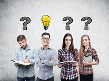 Giovane gruppo, domande e lampadina di affari immagini stock libere da diritti