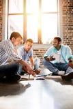 Giovane gruppo professionale che lavora al nuovo progetto di affari nell'ufficio di piccola impresa Fotografie Stock Libere da Diritti