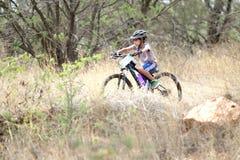 Giovane guida del ragazzo di Inian attraverso il cespuglio al mountain bike di Mathaithai Immagine Stock Libera da Diritti