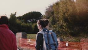 Giovane guida turistica femminile caucasica di escursione che mostra le rovine antiche di Ostia, Italia ad un movimento lento sen video d archivio