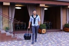 Giovane Guy Arab Businessman Student Came va al ristorante con l'Unione Sovietica immagine stock libera da diritti