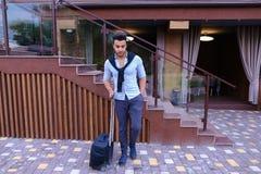 Giovane Guy Arab Businessman Student Came va al ristorante con l'Unione Sovietica fotografie stock