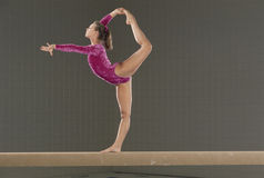Giovane gymnast sul fascio di equilibrio
