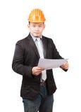 Giovane holdin di lavoro d'uso asiatico dell'uomo di ingegneria del casco di sicurezza Immagini Stock Libere da Diritti