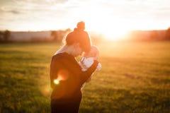 Giovane holding della madre il suo bambino appena nato fotografia stock