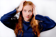 Giovane holding redhaired della donna la sua testa Immagini Stock
