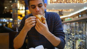 Giovane hot dog mangiatore di uomini bello video d archivio