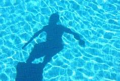 Giovane immersione subacquea dell'ombra del ragazzo nella piscina Fotografia Stock Libera da Diritti