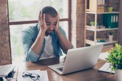 Giovane imprenditore africano frustrato con lo smorfia triste nella parte anteriore Immagini Stock