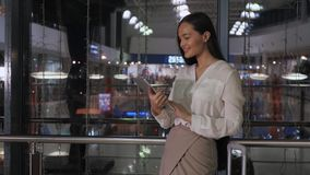 Giovane imprenditore femminile che legge libro elettronico sulla compressa digitale in ufficio moderno interno, donna di affari e immagine stock libera da diritti