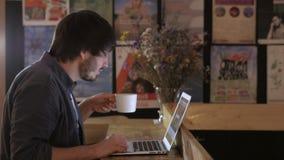 Giovane imprenditore Freelancer Working che utilizza un computer portatile e in Coworking video d archivio