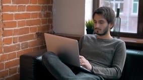 Giovane imprenditore Freelancer Working che utilizza un computer portatile e in Coworking fotografie stock libere da diritti