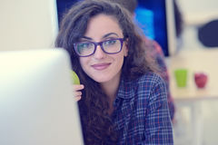Giovane impresa, sviluppatori di software che lavorano al computer all'ufficio moderno fotografia stock libera da diritti