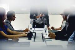 Giovane impresa Team Brainstorming sul gruppo di lavoro di riunione immagine stock libera da diritti