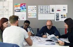Giovane impresa Team Brainstorming sul gruppo di lavoro di riunione fotografie stock libere da diritti