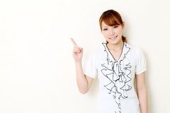 Giovane indicare asiatico della donna di affari Fotografia Stock Libera da Diritti