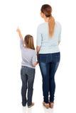 Giovane indicare della figlia della madre Immagini Stock Libere da Diritti