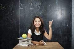 Giovane indicare felice abbronzato sveglio dell'adolescente, pensando, concetto di istruzione Immagine Stock