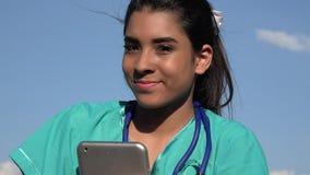 Giovane infermiere femminile felice archivi video