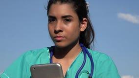 Giovane infermiere femminile serio video d archivio