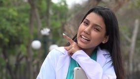 Giovane infermiere femminile Talking stock footage