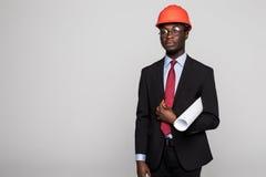 Giovane ingegnere afroamericano con i modelli su fondo bianco immagine stock libera da diritti
