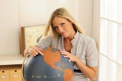 Giovane insegnante al globo Fotografie Stock Libere da Diritti