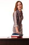 Giovane insegnante bello che si leva in piedi allo scrittorio Fotografia Stock