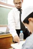 Giovane insegnante che aiuta un allievo Fotografia Stock Libera da Diritti