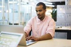 Giovane insegnante e studente che forniscono servizio finanziario ed economico facendo uso del computer portatile e della radio 5 Immagini Stock Libere da Diritti