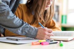 Giovane insegnante unrecognisable che aiuta il suo studente nella classe Istruzione e ripetizioni fotografia stock