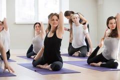 Giovane istruttore femminile di yoga che insegna alla posizione di Eka Pada Rajakapotasan Immagini Stock