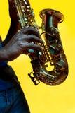 Giovane jazzista afroamericano che gioca il sassofono immagine stock