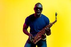 Giovane jazzista afroamericano che gioca il sassofono fotografie stock