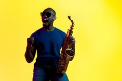 Giovane jazzista afroamericano che gioca il sassofono immagini stock